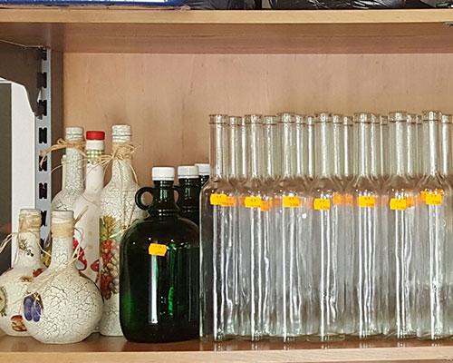 Pálinkás- és boros üvegek